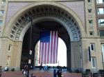 Flaggen bin ich ja gewohnt, aber dieses überdimensionale Exemplar hängt am Hafen in Boston